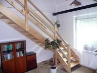 samonosné schody z masivu borovice