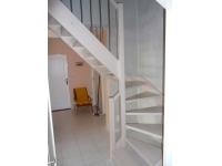 samonosné schody z masivu buk, mořeno na bílo